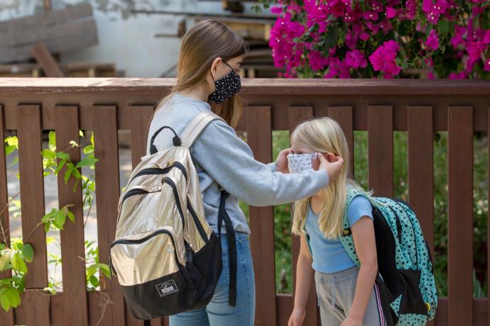 תלמידות בית ספר עם מסיכות