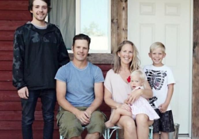 משפחת בלייס בבקתה המדוברת