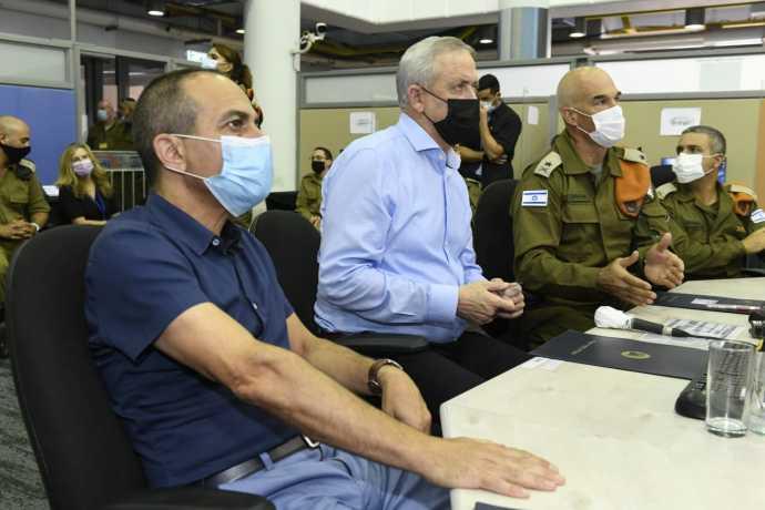 שר הביטחון גנץ ופרופ' גמזו במפקדת הקורונה היום