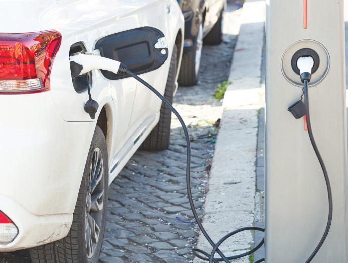 רכב חשמלי בטעינה