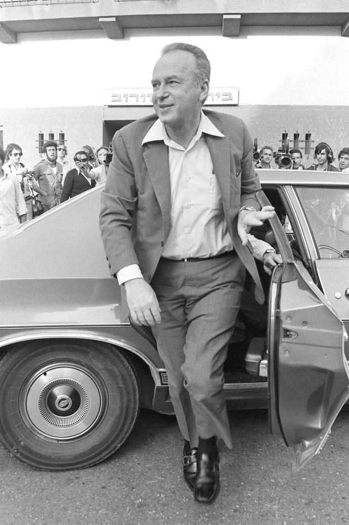 יצחק רבין יורד ממכונית השרד שלו, 1974