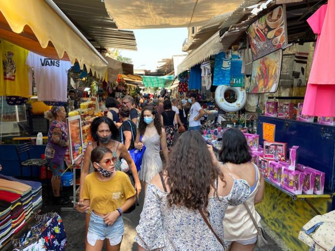 קורונה - אנשים עם מסכה בשוק הכרמל בתל אביב (למצולמים אין קשר לנאמר בכתבה)