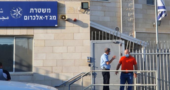 הזמר בכניסה לתחנת המשטרה