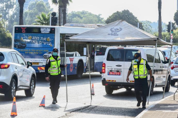 קורונה - סגר: מחסום משטרתי באזור תל אביב (למצולמים אין קשר לנאמר בכתבה)