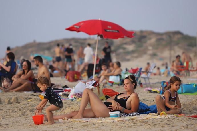 אנשים בחוף הים, אילוסטרציה (למצולמים אין קשר לנאמר בכתבה)