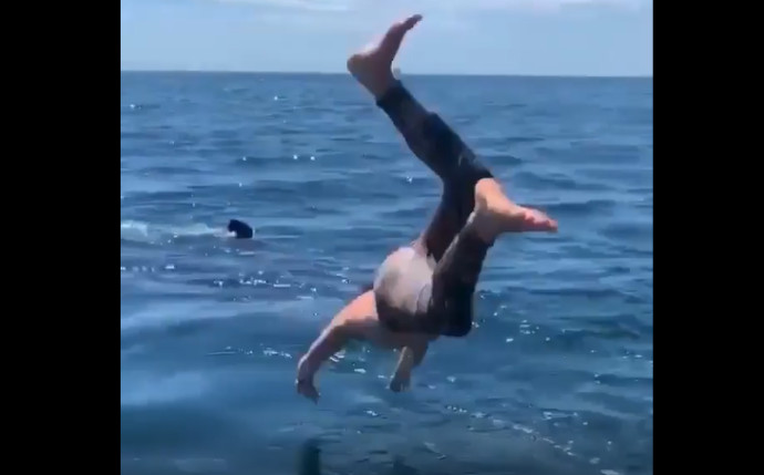 הדייג קופץ למים