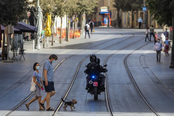 קורונה - אנשים עם מסכה ברחובות ירושלים (למצולמים אין קשר לנאמר בכתבה)