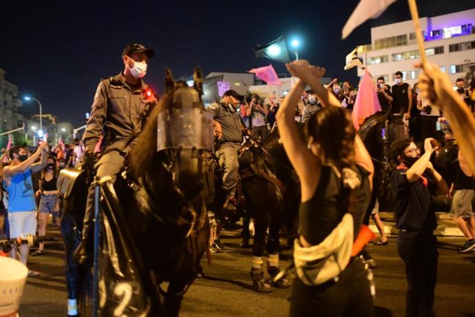 """מפגינים מול שוטרים ברחוב הרכבת בת""""א"""