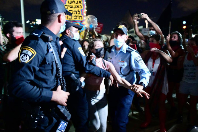 מעצר מפגינה בתל אביב הפגנה מחאה שוטרים אכיפה אוכפים מעצר נעצרה