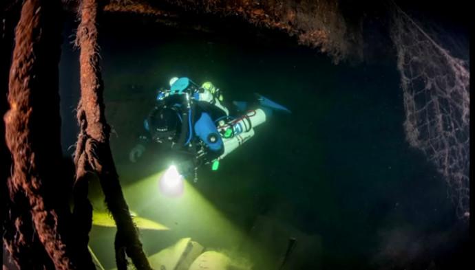 הצוללן מתחת למים