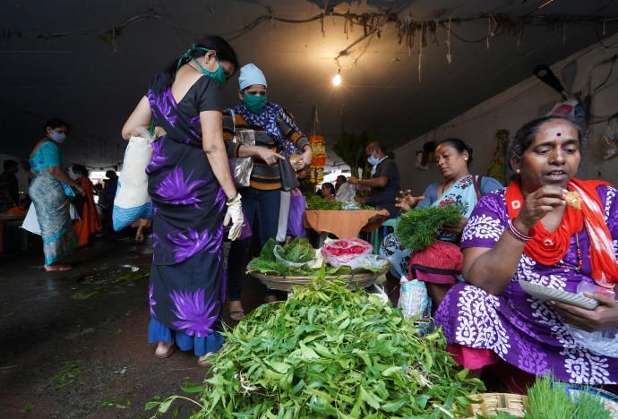 קורונה בהודו: נשים עובדות בשוק במומביי