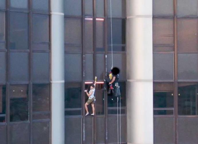 רגע הטיפוס של מת'יוס על המגדל