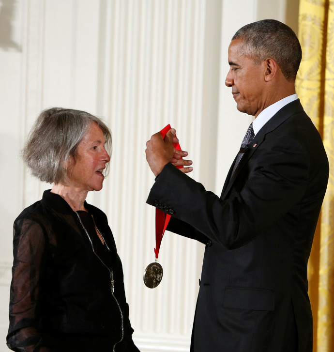 """לואיז גליק מקבל את מדליית מדעי הרוח הלאומית של ארה""""ב"""