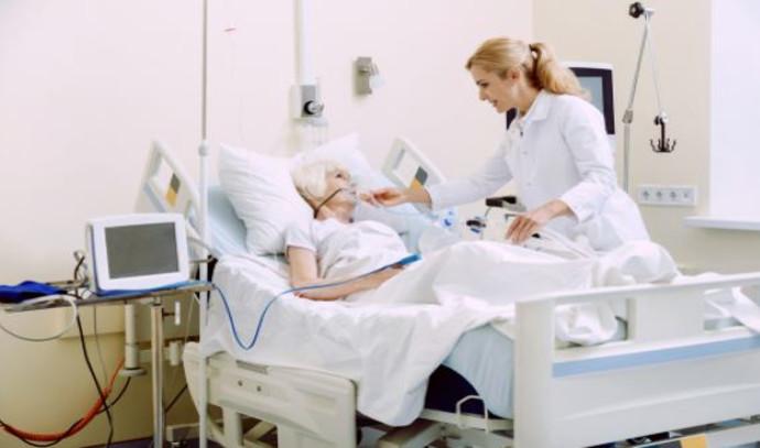 קשישה בבית חולים