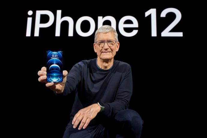 """מנכ""""ל אפל טים קוק מציג את האייפון 12 פרו"""