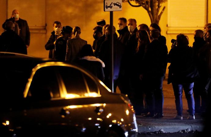 נשיא צרפת עמנואל מקרון מבקר בזירת הדקירה