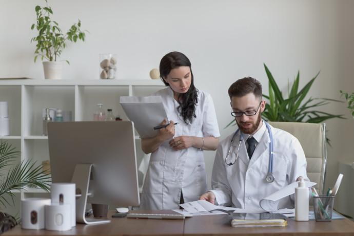 שני רופאים, אילוסטרציה
