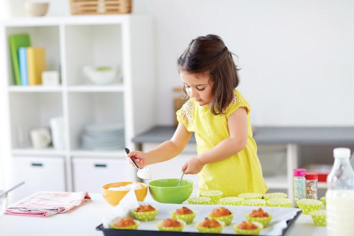 ילדה מכינה מאפינס
