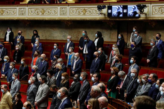 חברי פרלמנט בצרפת עומדים לזכרו של סמואל פאטי