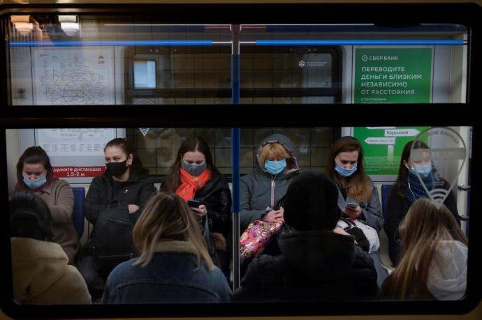 קורונה - אנשים עם מסכה ברכבת ברוסיה