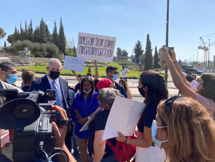 בני גנץ ופנינה תמנו שאטה בהפגנה נגד רצח נשים סמוך למשכן הכנסת