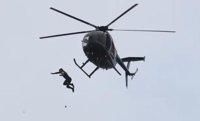 ג'ון ברים שבר את שיא הקפיצה מכלי טיס