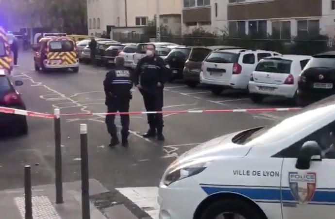 השוטרים מגדרים את האזור בו נורה הכומר