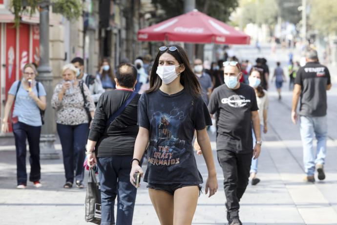אנשים עם מסכה בזמן קורונה בירושלים  צעירה