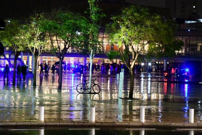 גשם במהלך ההפגנות בתל אביב