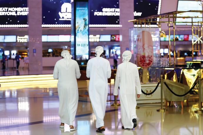אזרחים מקומיים בקניון בדובאי. ניסוי מדינתי בלב המדבר