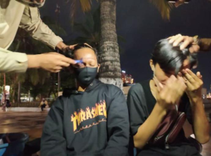 השוטרים מגלחים את הגבות של הצעירים באינדונזיה