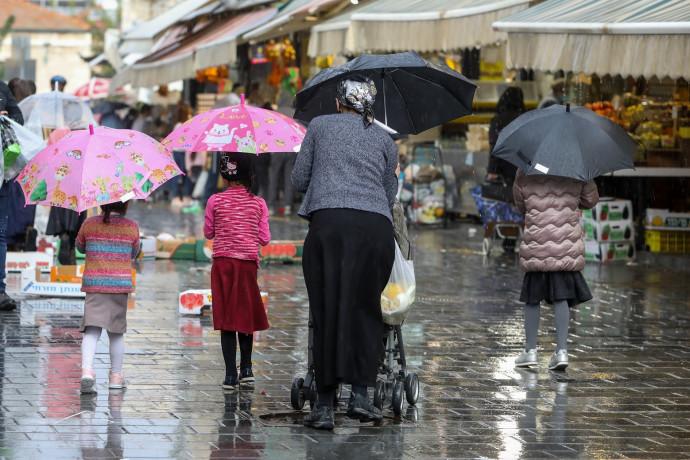 נשים עם מטריה, גשם בירושלים (למצולמים אין קשר לכתבה)