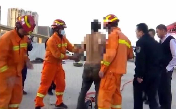 חילוץ עובד הזבל שנתקע בתוך הביוב
