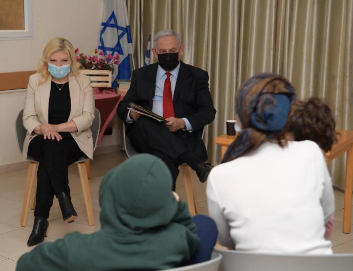 ראש הממשלה ורעייתו במקלט לנשים מוכות