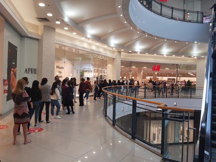 תור לחנות H&M בקניון הגדול בפתח תקווה