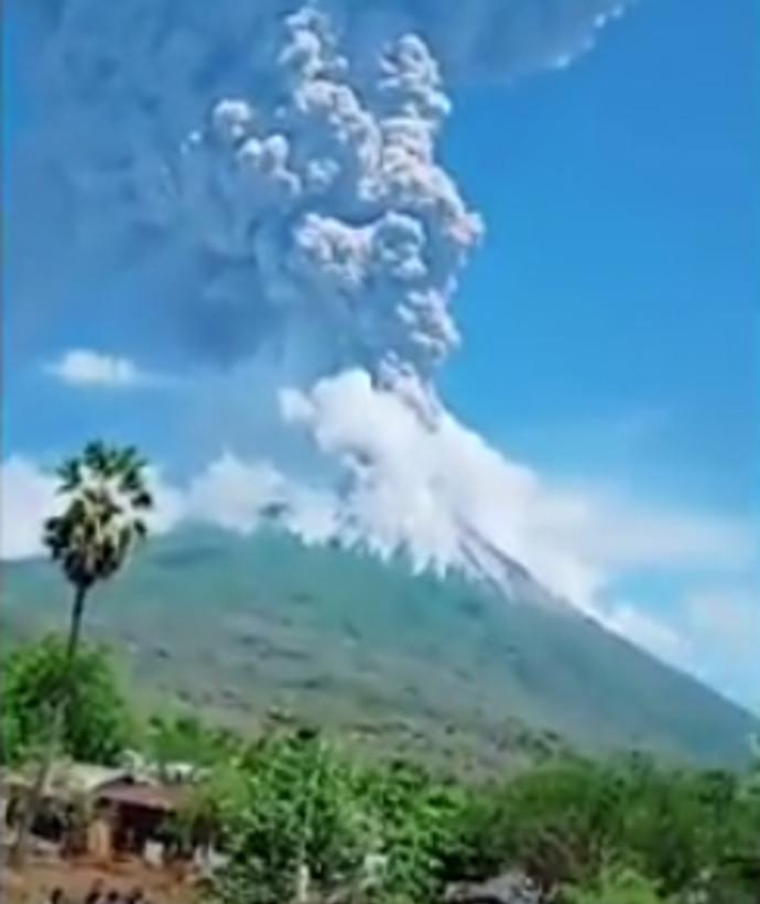 התפרצות הר הגעש באינדונזיה