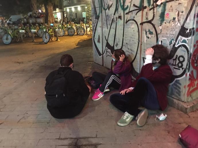 בני נוער יושבים בשדרות וושינגטון