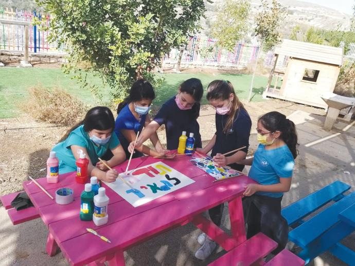 תלמידות בבית הספר עופרים בהוקרה למורה