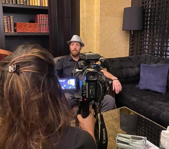 איש העסקים גיל גורביץ' מתראיין לתקשורת המקומית בדובאי