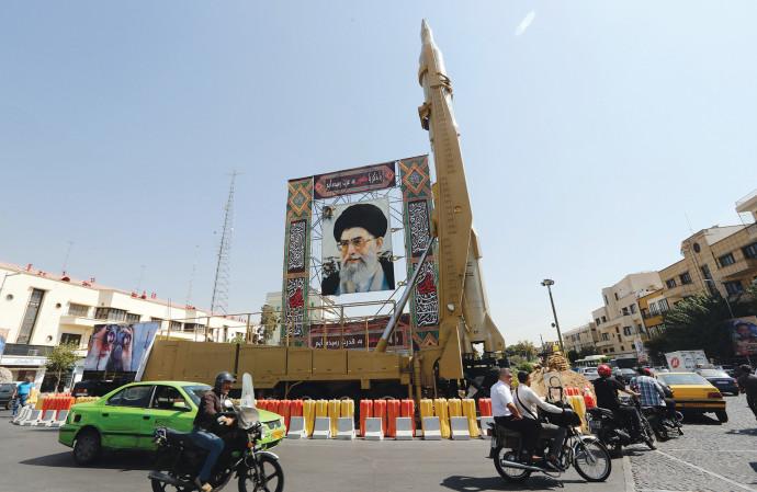 טיל שיהאב-3 בטהרן לצד כרזה של חמינאי