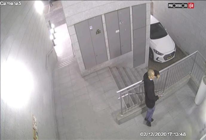 החשוד כפי שנתפס במצלמות אבטחה