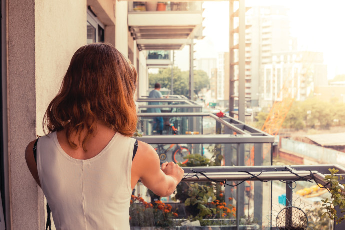 להישאר בבית ההורים על אף הלחצים שם או לעבור לדירת שותפים?