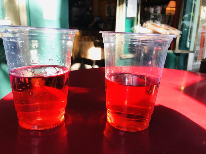 יין בכוסות פלסטיק