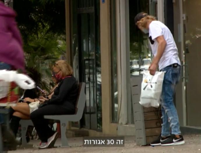 ואסילי אנדרייב מחפש בקבוקים בפחים בתל אביב