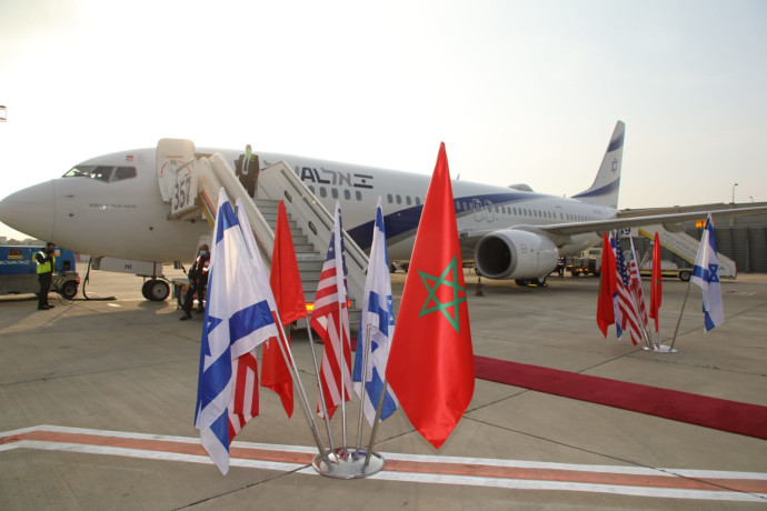 """דגלי ישראל, מרוקו וארה""""ב לפני ההמראה לרבאט"""