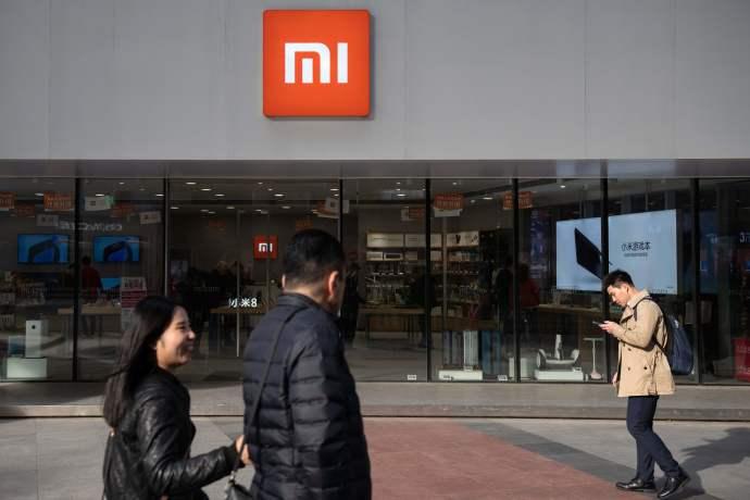 אנשים עוברים ליד חנות של שיאומי בבייג'ינג, אילוסטרציה
