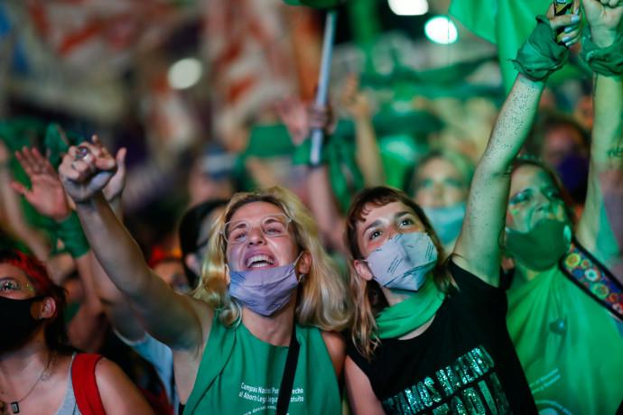 נשים בארגנטינה חוגגות את אישור החוק המתיר הפלות
