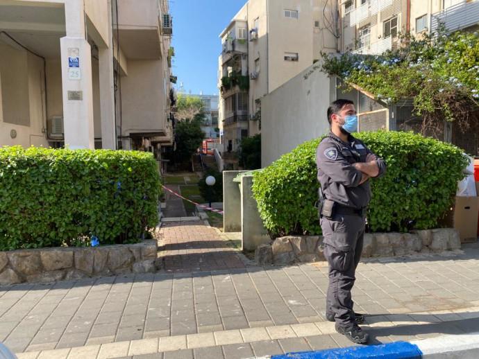 שוטר מונע כניסה לבניין שפונה