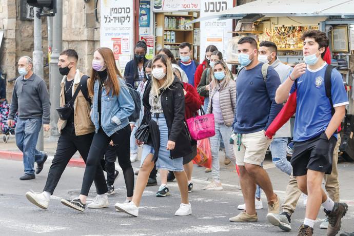 אנשים עם מסכות ברחוב