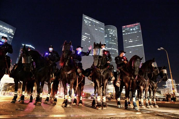 שוטרים על סוסים בצומת עזריאלי בתל אביב